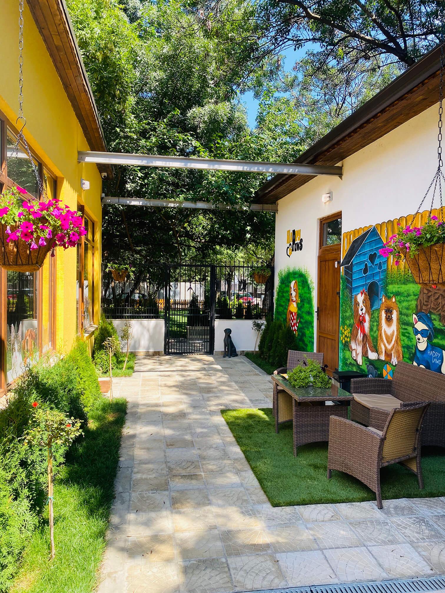 Цветният ни вътрешен двор
